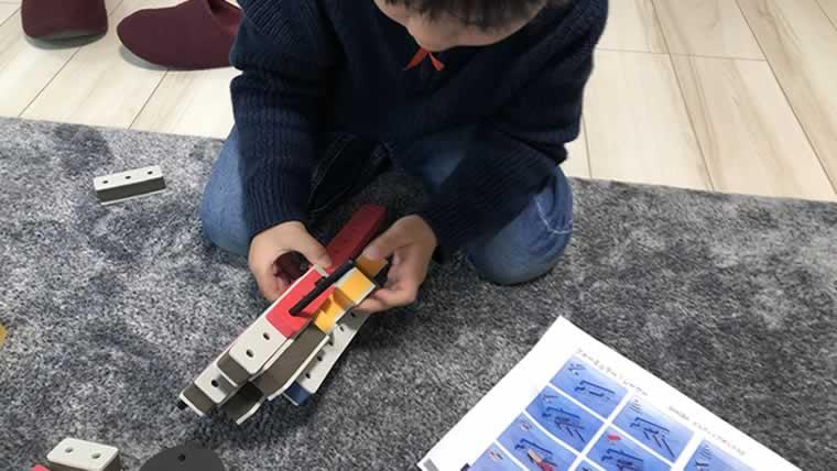 BAKOBA(バコバ)のビルディングボックスで遊ぶ息子(5歳)